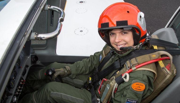 Victoria se prépare activement pour devenir pilote de chasse.