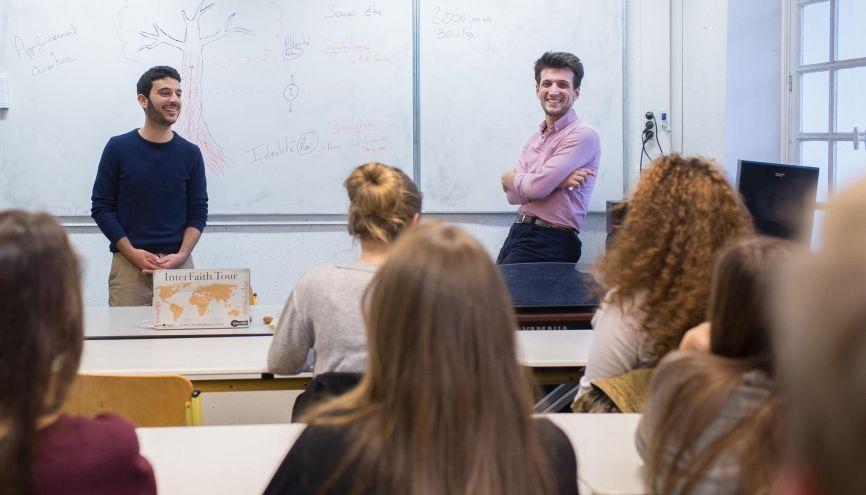Samuel (à droite) préside le tout nouveau mouvement européen Coexister, présent en France, en Belgique, en Suisse, en Allemagne et en Angleterre. //©Julie Balagué pour l'Étudiant