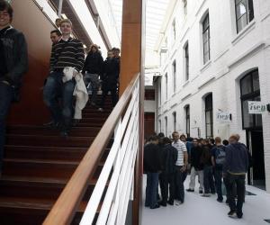 Des étudiants dans les couloirs de l'ISEN