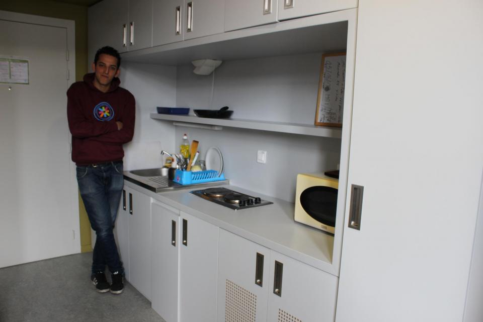 La chambre de Youcef fait 22m2, ce qui lui permet d'avoir de la place pour cuisiner. //©Delphine Dauvergne