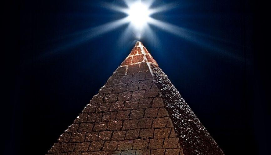 La pyramide, symbole illuminati selon de nombreuses théories du complot //©plainpicture/teriyoshi
