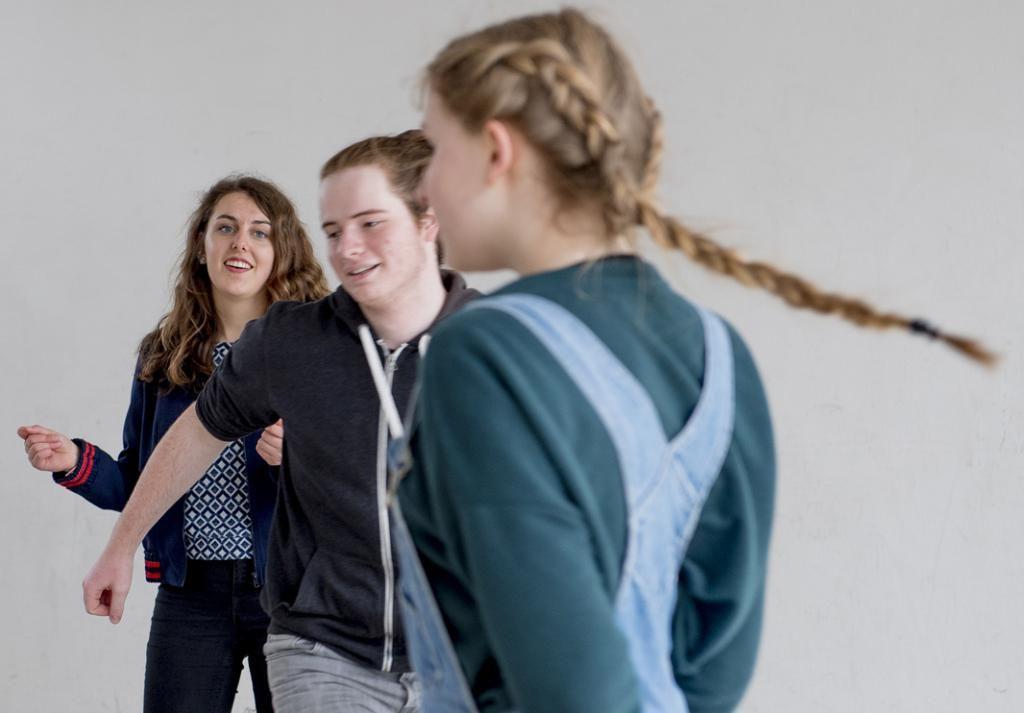 Les ateliers dits d'ouverture culturelle sont proposés et autogérés par les élèves. Liloé (à l'extrême gauche) et deux de ses amis ont suggéré de réaliser une comédie musicale. //©Cyril Entzmann/Divergence pour l'Etudiant
