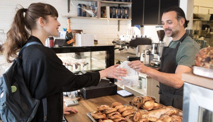 Dans de nombreux commerces, déposer sa candidature spontanée directement peut permettre de décrocher un contrat. //©plainpicture/Maskot