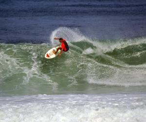 Le surf comme le ski, la danse ou la musique font partie des disciplines qui peuvent bénéficier d'horaires aménagés. // © phovoir