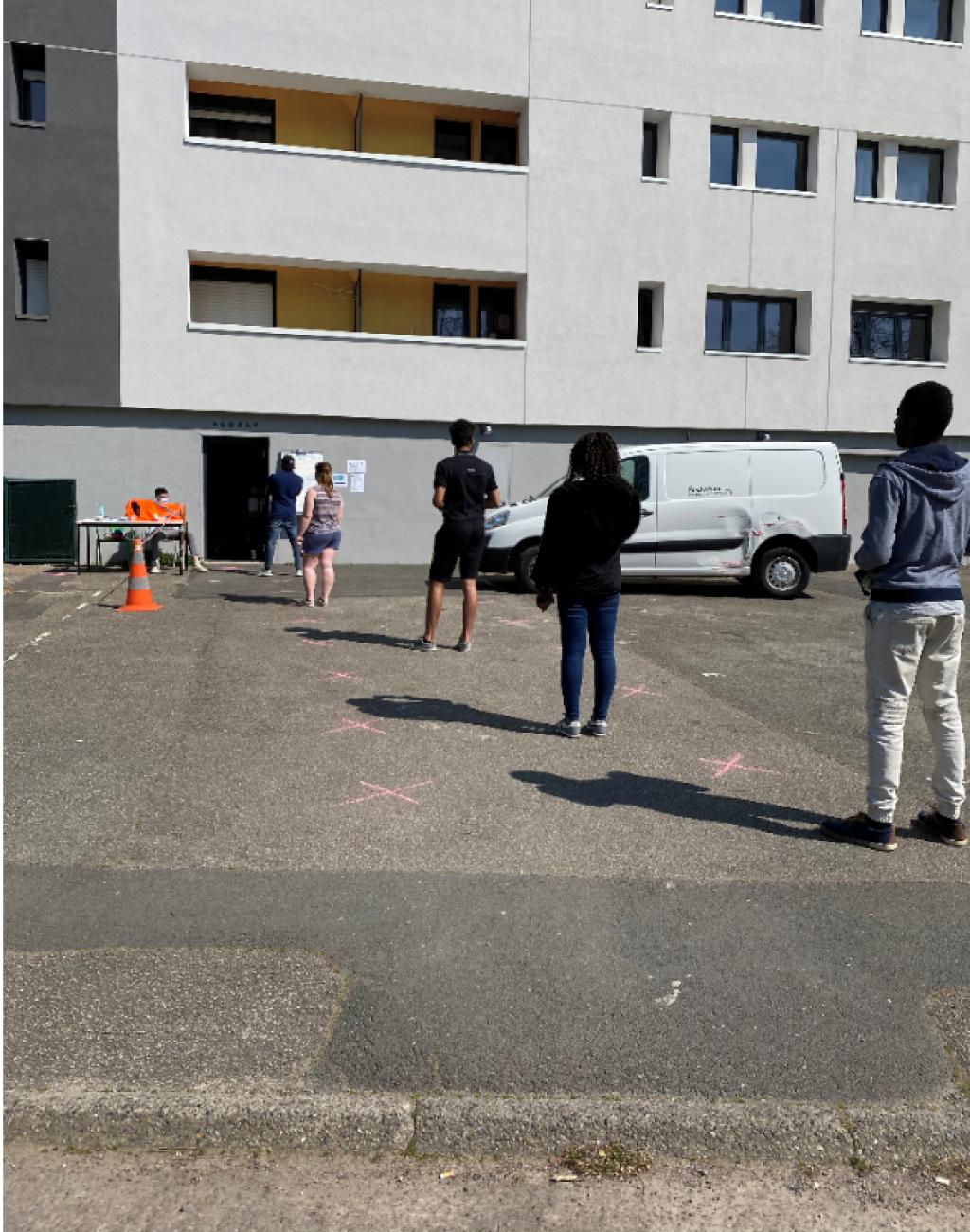 Les étudiants patientent à l'extérieur de l'Agoraé pour respecter les mesures de sécurité. //©Photo fournie par le témoin