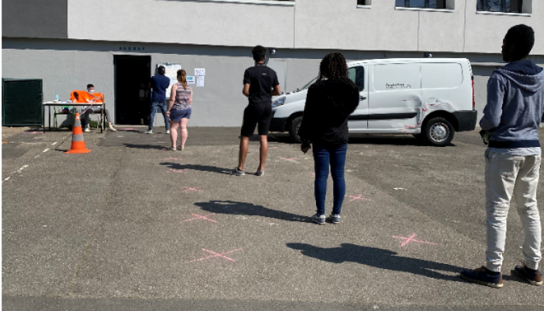 Les étudiants patientent à l'extérieur de l'Agoraé pour respecter les mesures de sécurité.