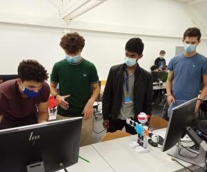 Les étudiants de première année de l'ESIEA se sont essayés à la robotique et à la programmation lors des journées d'intégration.
