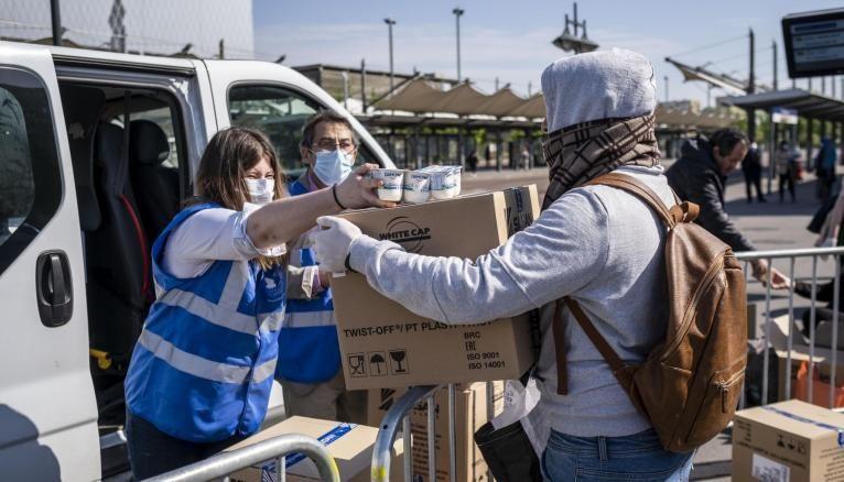 À Angers comme à Saint-Denis, une distribution alimentaire a été mise en place en partenariat avec le Secours populaire.