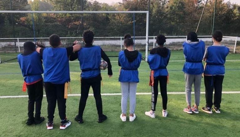 À Saint-Denis, des collégiens pratiquent le rugby flag, une version sans contacts du rugby, en cours d'EPS.