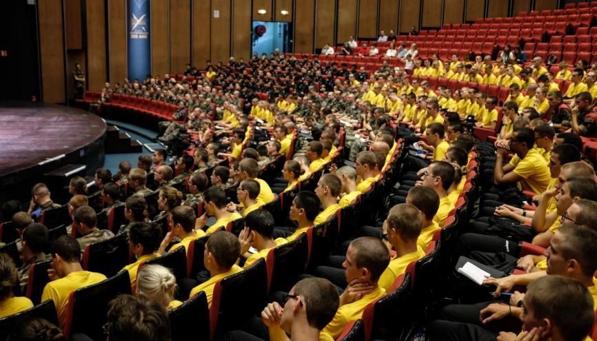 Les étudiants de la promo 2019 de l'X rassemblés dans l'amphithéâtre avant le départ en stage commando. //©Florian Dacheux