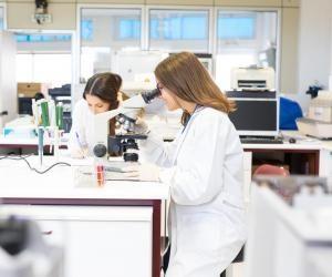 À l'institut Villebon-Georges Charpak, les étudiants suivent des cours en mathématiques, physique, biologie, chimie, informatique et ingénierie...