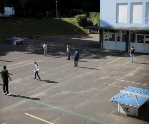 Des élèves ont déja repris le chemin de la classe comme ici au collège Rosa Parks à Nantes.