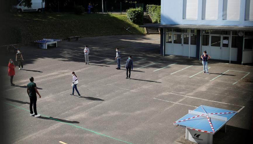 Des élèves ont déja repris le chemin de la classe comme ici au collège Rosa Parks à Nantes. //©Stephane Mahe / REUTERS