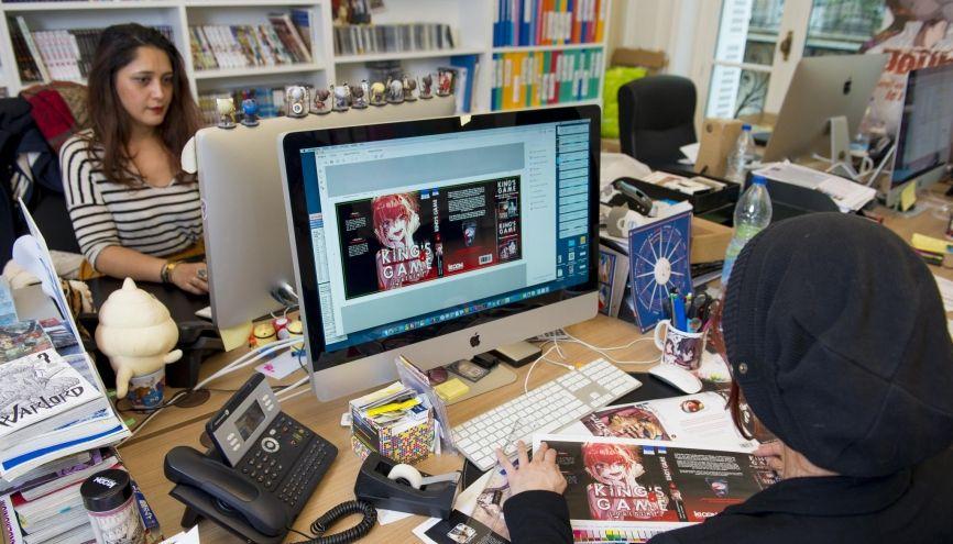 Mahé Mao travaille sur un élément essentiel de l'adaptation des mangas : elle crée les jaquettes et logos pour leurs versions françaises. //©Cyril Entzmann / Divergence pour l'Etudiant