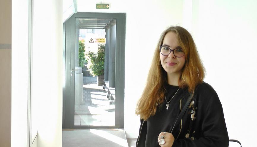 Alice, 21 ans, diplômée d'un BTS audiovisuel option métiers de l'image, cherche du travail comme électro-éclairagiste dans le cinéma. //©Etienne Gless