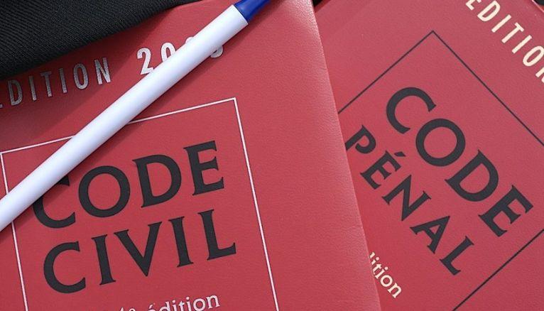 """Pour les futurs """"attendus"""" dans la filière droit, il n'est pas forcément nécessaire de se plonger immédiatement dans la lecture des codes juridiques."""