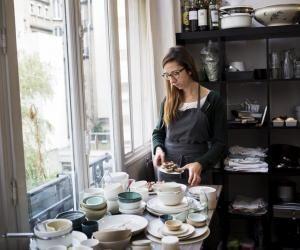 Pour le shooting de ses plats cuisinés, Coralie choisit ses pièces dans son propre stock de vaisselle. Elle possède des centaines d'assiettes, de tous les styles.