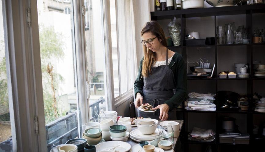Pour le shooting de ses plats cuisinés, Coralie choisit ses pièces dans son propre stock de vaisselle. Elle possède des centaines d'assiettes, de tous les styles. //©Mat Jacob / Tendance Floue pour l'Étudiant