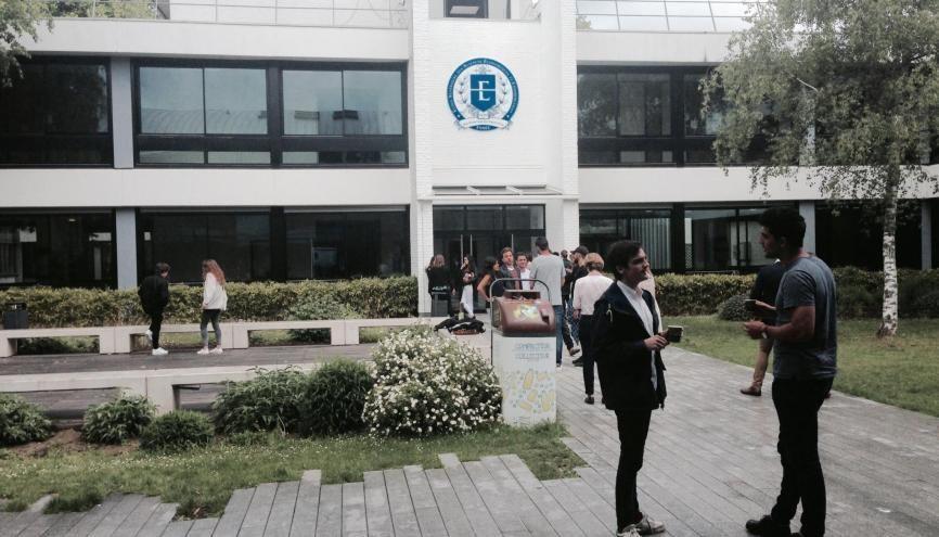 Sur le campus de l'ESSEC, la plupart des étudiants regrettent le départ de leur directeur. //©PC/L'Etudiant