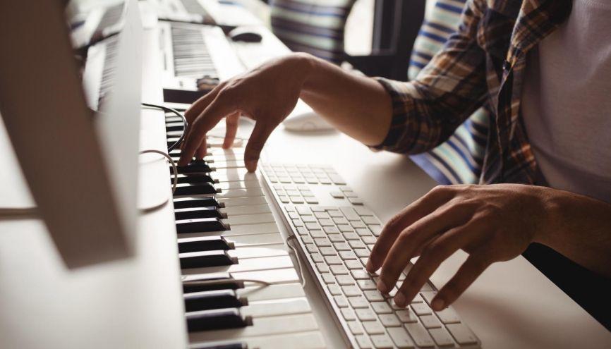 Les filières musicologie donnent un bagage théorique aux étudiants musiciens par ailleurs. //©plainpicture/Wavebreak