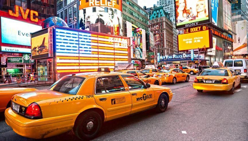 "À Times Square, l'un des lieux emblématiques de ""Big Apple"". //©Luciano Mortula - LGM / Shutterstock"