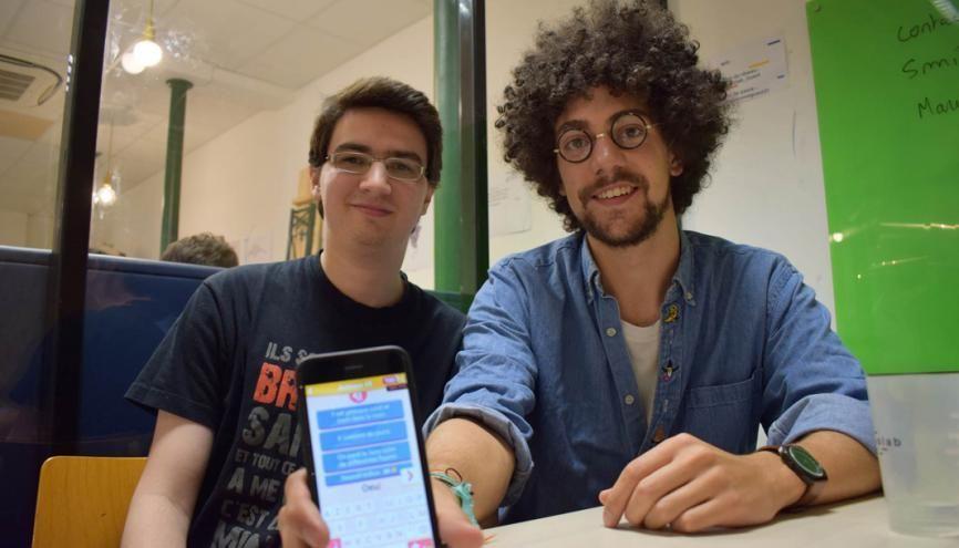 Benjamin et Pierre avec le Schmilblick, le jeu de devinettes amusantes, dans une version solidaire. //©Laura Hubert
