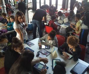 Anissa anime des ateliers numériques pour des enfants de 7 à 11 ans.