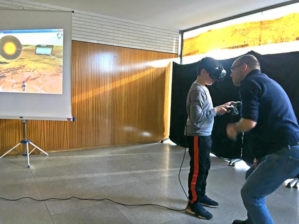 Le jeune Mohamed, aidé de l'ingénieur de recherche, découvre une partie de Mars grâce à la réalité virtuelle. //©Catherine de Coppet