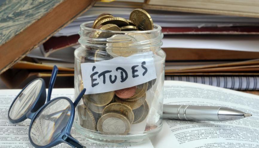 Selon la FAGE, un étudiant devra débourser en moyenne 2.361 euros en frais divers en septembre 2020. //©Adobe Stock/Richard Villalon