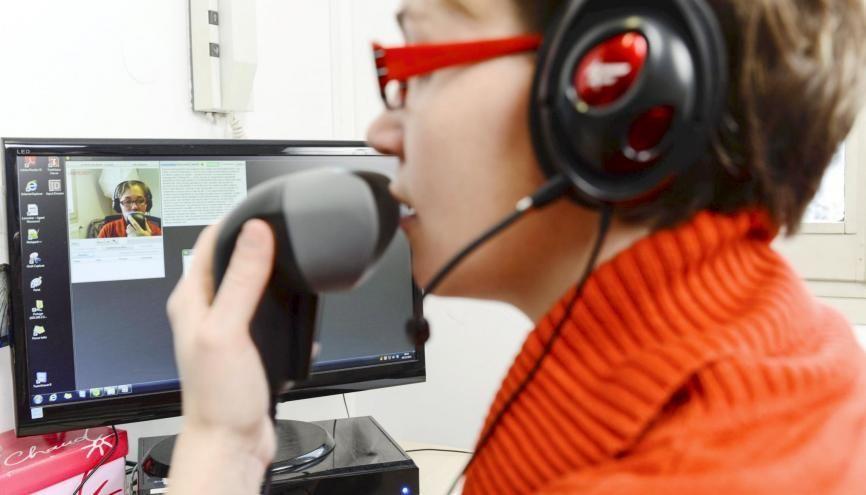 Le système Tadeo de traduction simultanée permet aux salariés sourds de communiquer avec les entendants (téléphoner, participer à une réunion…). //©Stephane AUDRAS/REA