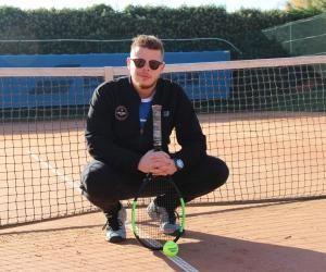 Antoine dirige l'école de tennis au club de Choisy-le-Roi (94) et enseigne parallèlement à Bagneux (92).