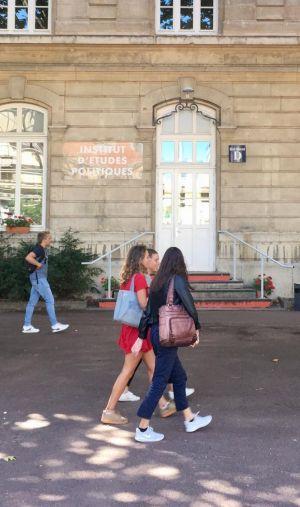 Pour entrer à l'IEP de Lyon, ou l'un des six autres membres du réseau ScPo, il faudra passer un concours écrit prévu le 24 avril 2021.
