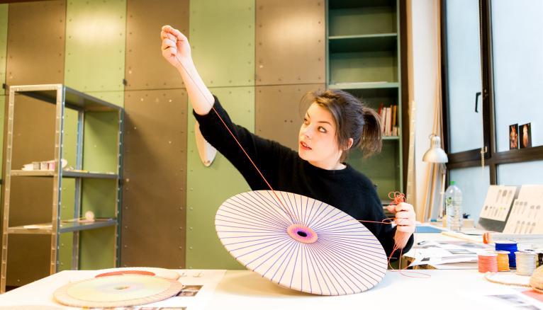 """<strong>MARTA, DESIGNER D'OBJETS ET DE MOBILIER, PEUT COLLABORER AVEC UN SOCIOLOGUE OU UN DANSEUR (1/2)</strong><br />Marta Bakowski, 28 ans, est sortie du prestigieux Royal College of Arts de Londres avec en poche un master en design industriel. """"Au cours des études de design, on nous apprend une manière de penser, d'analyser une situation pour y répondre avec un objet. En tant que designer, on peut collaborer avec un scientifique, avec un sociologue, un danseur… Ça crée un aspect hybride que j'adore, et qui, en France, n'est pas encore très développé. Il y a cette manie de tout mettre dans des boîtes, alors que des nouveaux métiers se créent sans cesse. Le mien offre une richesse incroyable, comme découvrir de nouveaux moyens de production en petites séries…"""" //&nbsp;&copy;&nbsp;Thomas Louapre / Divergence pour l&#039;Étudiant"""