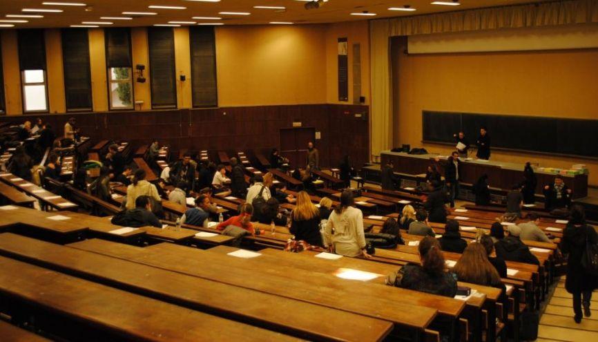 Des étudiants en partiel à l'université d'Aix-Marseille - Amphithéâtre sur le site Schuman //©Camille Stromboni