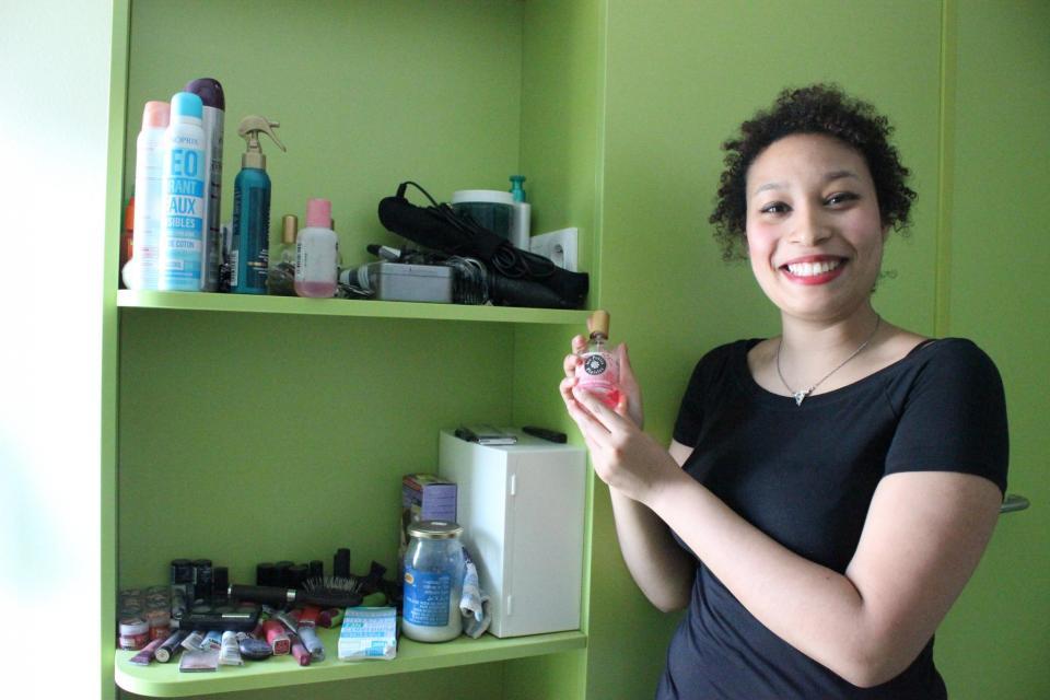 Jacqueline utilise les étagères à sa disposition pour se créer un coin beauté. //©Delphine Dauvergne