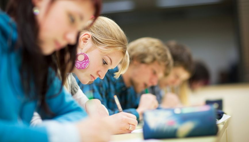 Etudiants en train de passer un examen // © Shutterstock