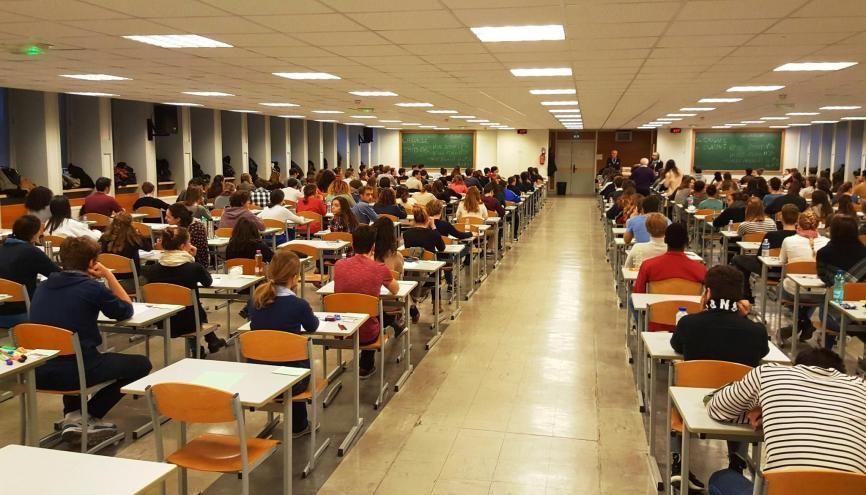 Les étudiants de Sciences po passent certains partiels à la Maison des examens, à Arcueil (94). //©Natacha Lefauconnier