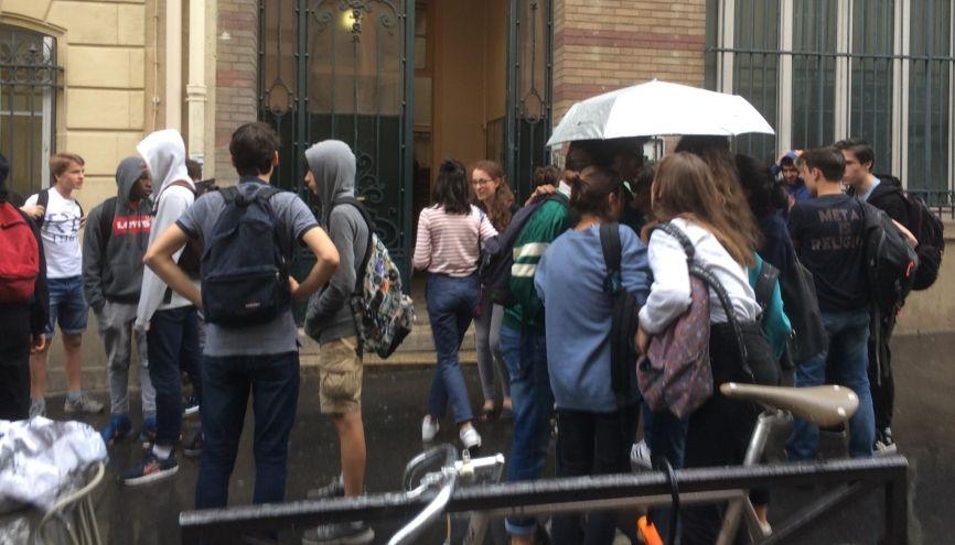 Devant le collège Lamartine (Paris IXe), les élèves débriefent les premières épreuves du brevet. //©Raphaël Buisson