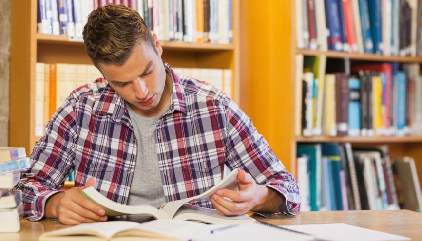 Les annales sont un très bon support pour préparer les épreuves écrites du concours. //©Shutterstock