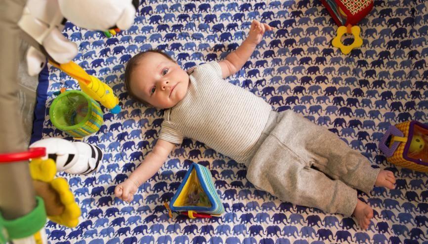 S'occuper d'un bébé : un job sympa ! //©plainpicture/Blend Images/Marc Romanelli