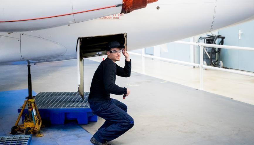 Un étudiant du BTS aéronautique travaille sur un jet Corvette d'Airbus, logé dans les bâtiments. //©Thomas Louapre / Divergence pour l'Étudiant