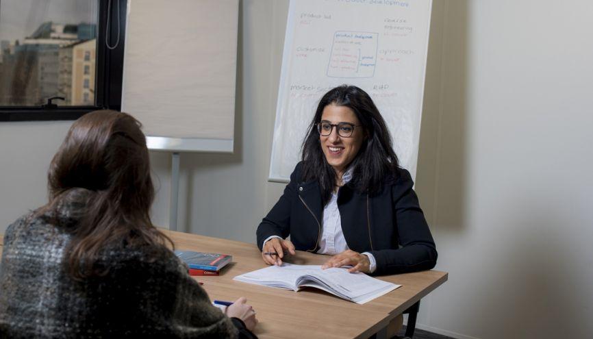 Myriam a monté son entreprise de A à Z : du business plan à la mise en place des cours d'anglais sur mesure. //©Cyril Entzmann/Divergence pour l'Etudiant