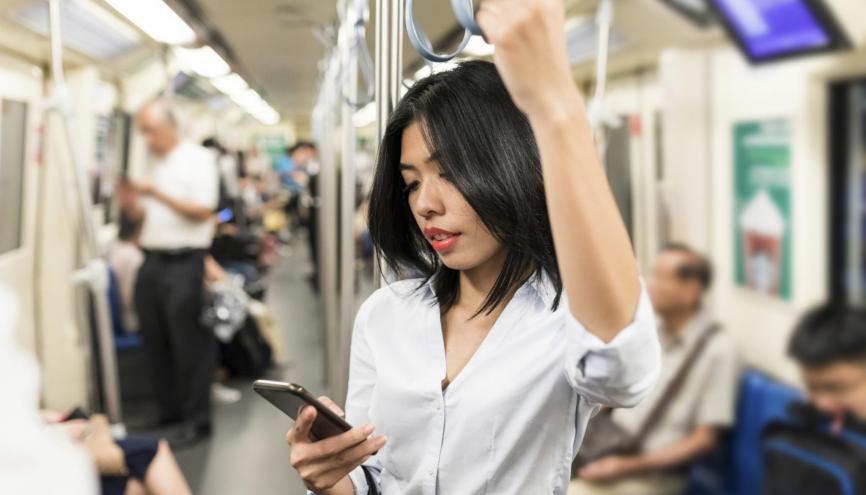 En 2018 les 3/4 des jeunes diplômés et étudiants consultent des offres d'emploi sur leur Smartphone en particulier pendant les temps d'attente (transports, pauses...) //©plainpicture/Westend61/William Perugini