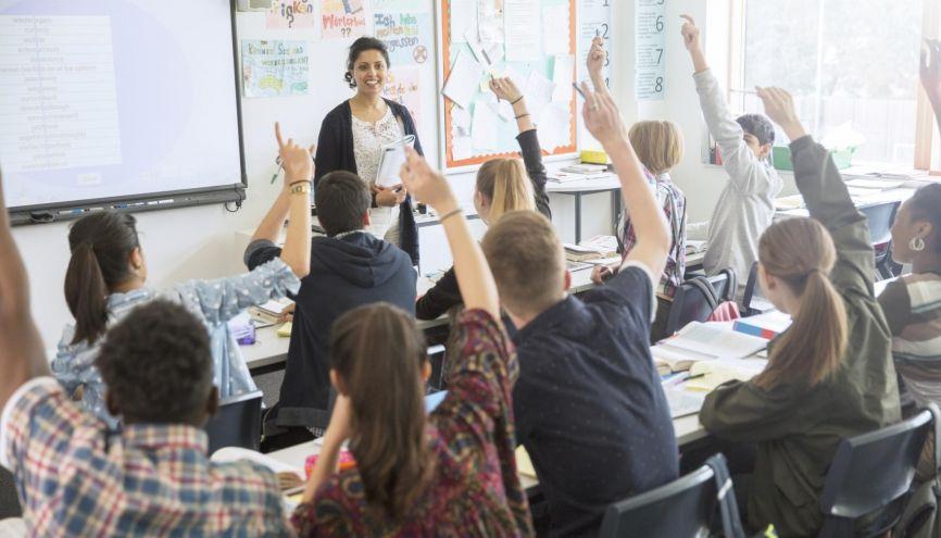 En classe, dès le début de l'année, ne soyez pas timide : osez lever le doigt ! //©plainpicture/Caiaimages/Chris Ryan