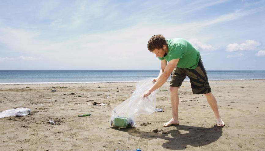 Nettoyer les sites naturels, comme les plages : l'une des propositions des lycéens au grand débat. //©plainpicture/Cultura/Frank and Helena