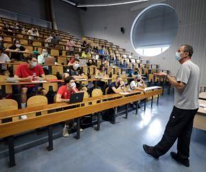 En fonction de la situation sanitaire, les lycées pourront rouvrir totalement autour du 20 janvier 2021, les universités pourraient suivre 15 jours plus tard.
