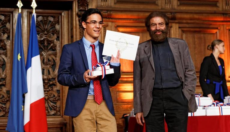 Le lycéen le plus primé de la session 2014, Simon Poggioli, reçoit ses récompenses avec les félicitations de l'invité d'honneur, l'écrivain Marek Halter. // © MEN