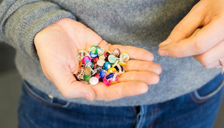 """<strong>SAMUEL : &QUOT;DANS NOS MÉTIERS, ON SE FORME EN PERMANENCE !&QUOT; (2/2)</strong><br />Samuel aime donner du sens à ses créations : elles respectent des codes parfois très anciens. Ainsi, chaque matière est associée à un moment de la journée : la nacre franche pour les boutons portés le jour, la nacre grise pour le soir, alors que la porcelaine est réservée à la collection sport. """"Je suis presque le seul spécialisé dans ce domaine, ça me laisse une liberté incroyable dans mes créations… C'est plus facile que de faire des colliers !"""" s'exclame-t-il en riant. Pour son prochain thème, il compte prendre des cours de sertissage. """"Dans nos métiers, on se forme en permanence !"""" --&gt; www.samuelgassmann.com //&nbsp;&copy;&nbsp;Thomas Louapre / Divergence pour l&#039;Étudiant"""
