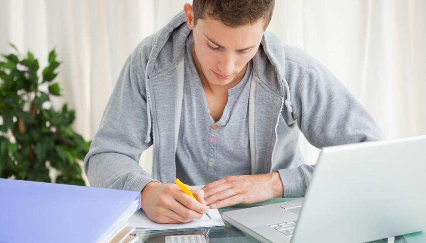 La conception d'une bonne fiche de révisions aiguise votre esprit de synthèse. Un pré-requis inspensable pour réussir son bac. //©Shutterstock