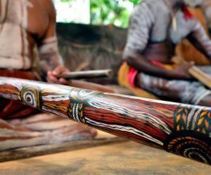 """L'aborigène habite le pays où il vit """"depuis l'origine"""" (ab + origine)."""